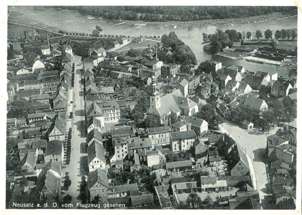 Czarno-białe, archiwalne zdjęcie Nowej Soli z lotu ptaka