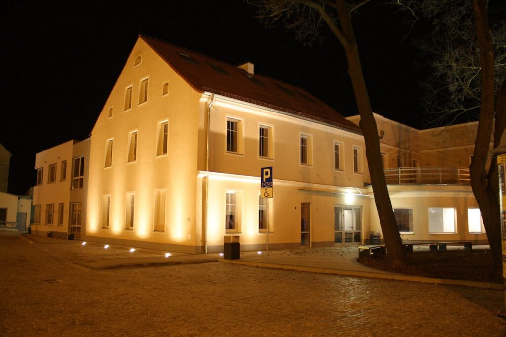 Oświetlony Budynek Nowosolskiego Domu Kultury nocą