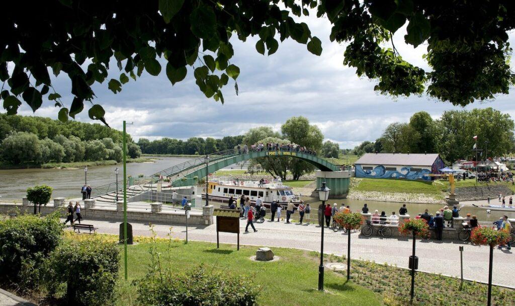 Widok z parku na most z napisem Port Nowa Sól