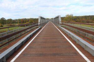 Ścieżka rowerowa przebiegająca przez most