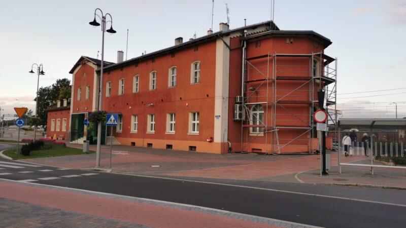 Na zdjęciu znajduje się budynek dworca PKP w Nowej Soli. Przt ścianie budynku widoczne jest rusztowanie.