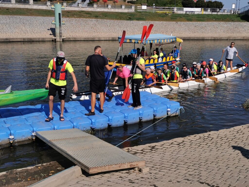Na zdjeciu uczestnicy spływu dopływający do brzegu rzeki