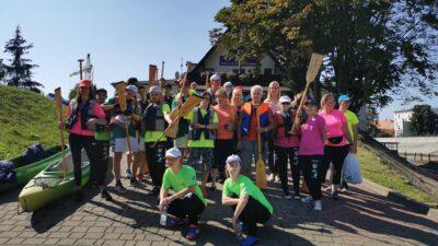 na zdjęciu znajdują się uczestnicy spływu kajakowego olimpiad specjalnych. W dłoniach trzymają wiosła, stoją na przystani kajakowej w Nowej Soli. Wśród osób na zdjęciu znajduje się wiceprezydent Wojciechowska oraz starosta Brzozowska