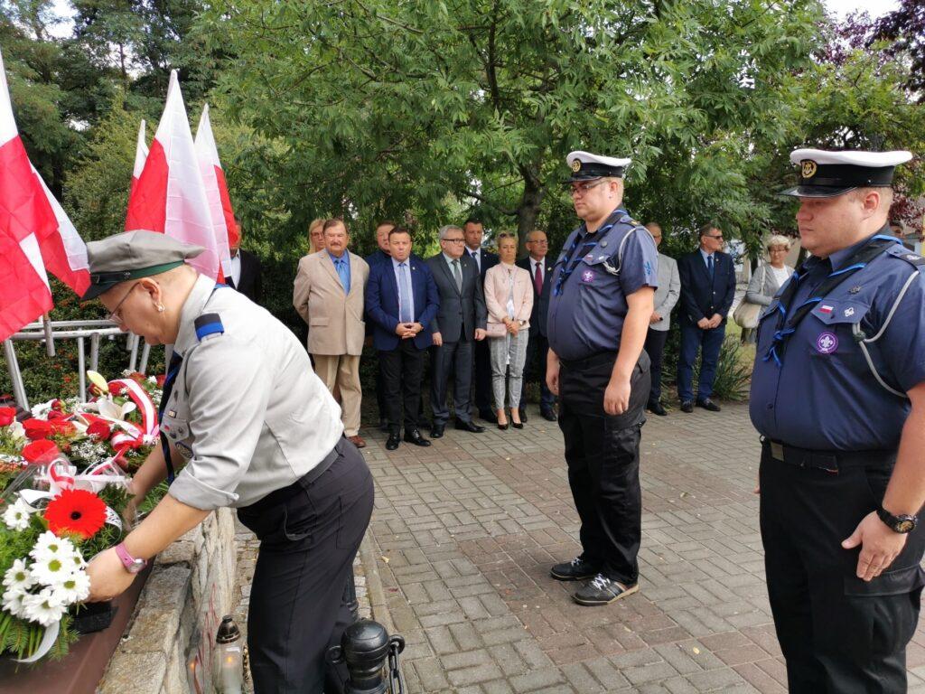 Harcerze składają wieńce przed pomnikiem Sybiraka