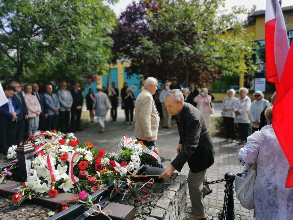 Sybiracy składają kwiaty przed pomnikiem Sybiraka