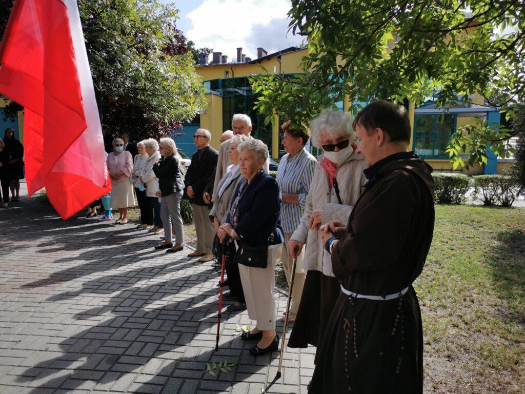 Na pierwszym planie proboszcz parafii pw. świętego Antoniego w Nowej Soli oraz Sybiracy