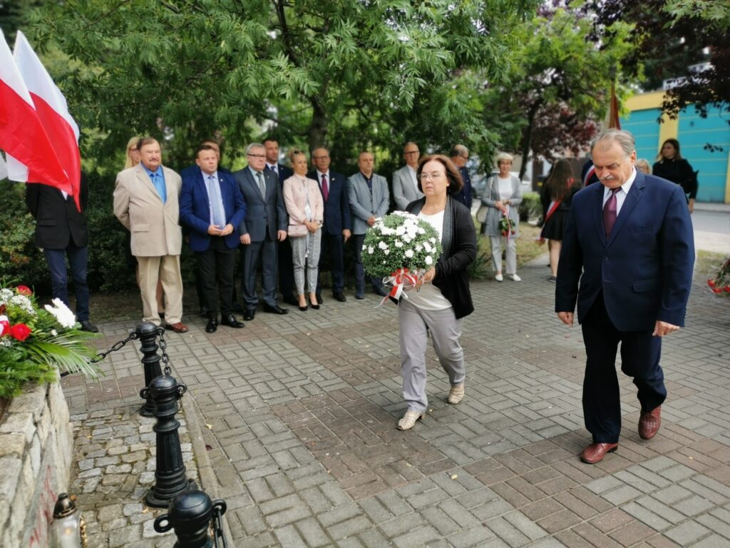 Nowosolanie składają kwiaty przed pomnikiem Sybiraka