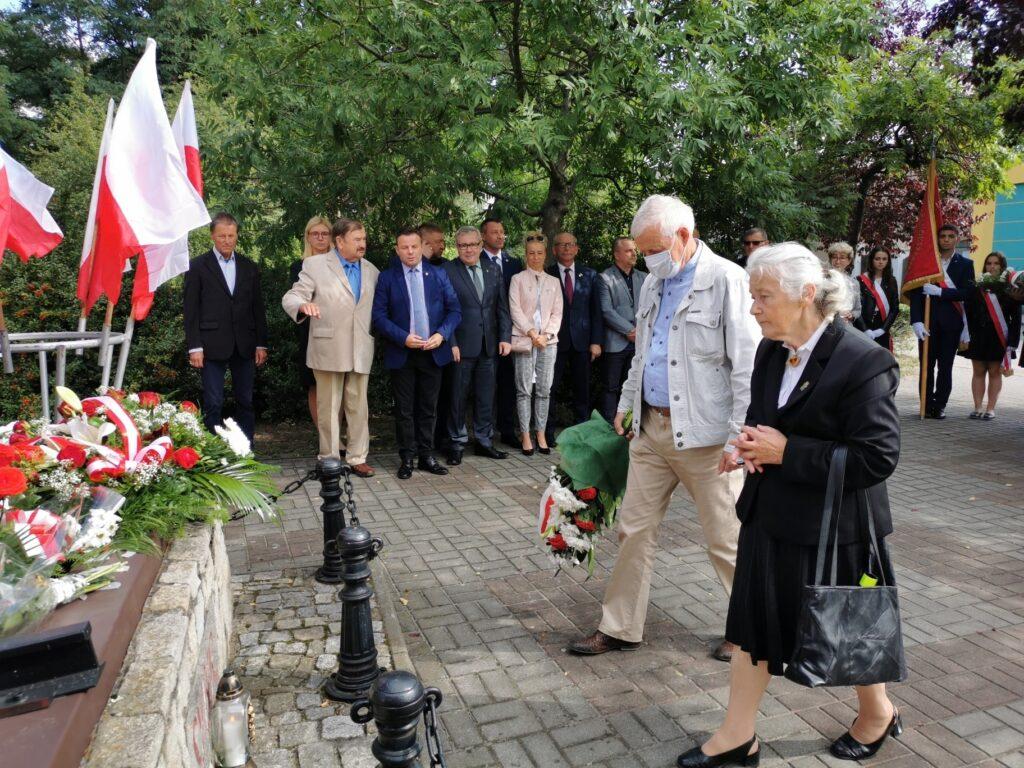 Na zdjęicu widzimy przewodniczącą koła Związku Sybiraków w Nowej Soli Danutę Cygan, która składa kwiaty przed pomnikiem Sybiraka. W tle pozostali uczestnicy uroczystości