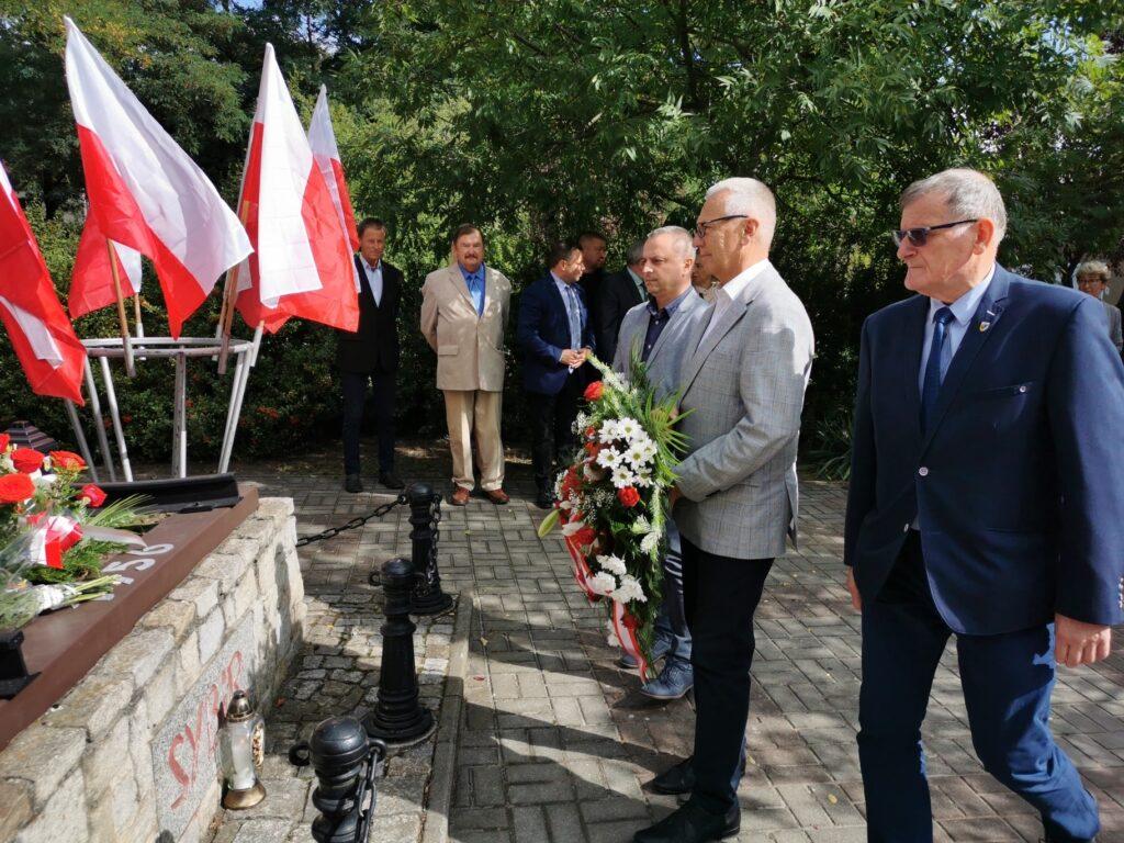 Na zdjęciu wicestarosta Waldemar Wrześniak wraz z pracownikami składa wieniec przed pomnikiem Sybiraka