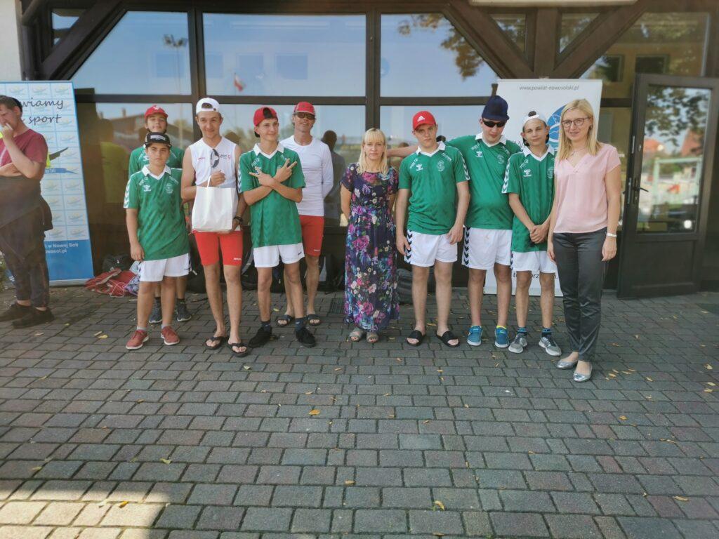 Na zdjęciu znajdują się uczestnicy spływu kajakowego olimpiad specjalnych z Zielonej Górywraz z wiceprezydent Wojciechowską oraz starostą Brzozowską