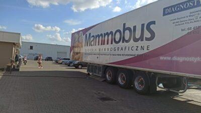 Na zdjeciu znajduje się mammobus ustawiony przed jednym z nowosolskich sklepów