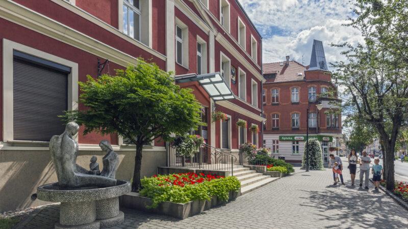 Na zdjęciu budynek Urzędu Miejskiego w Nowej Soli. W tle budynek apteki na roku ulicy Szkolnej i Piłsudskiego