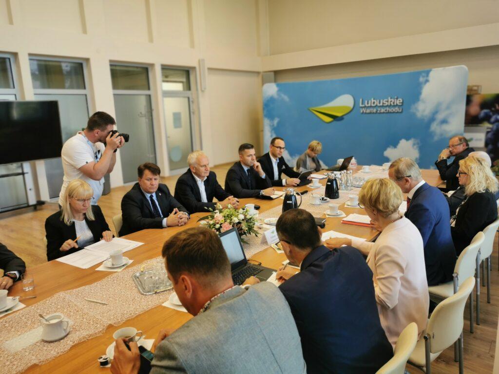 Na zdjęciu przedstawiciele lubuskich samorządowców na spotkaniu z marszałek województwa Elżbietą Polak