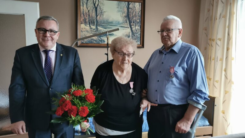 Na zdjęciu od lewej: prezydent Jacek Milewski, Krystyna Pieślak, Zygmunt Pieślak.