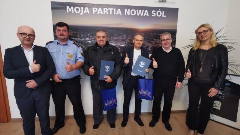 Ma zdjęciu od lewej: Jacek Baranowski, strażnik Rafał Mrowiński, Andrzej Wrzeszcz, Adam Szewczykowski, prezydent Jacek Milewski, wiceprezydent Natalia Walewska-Wojciechowska