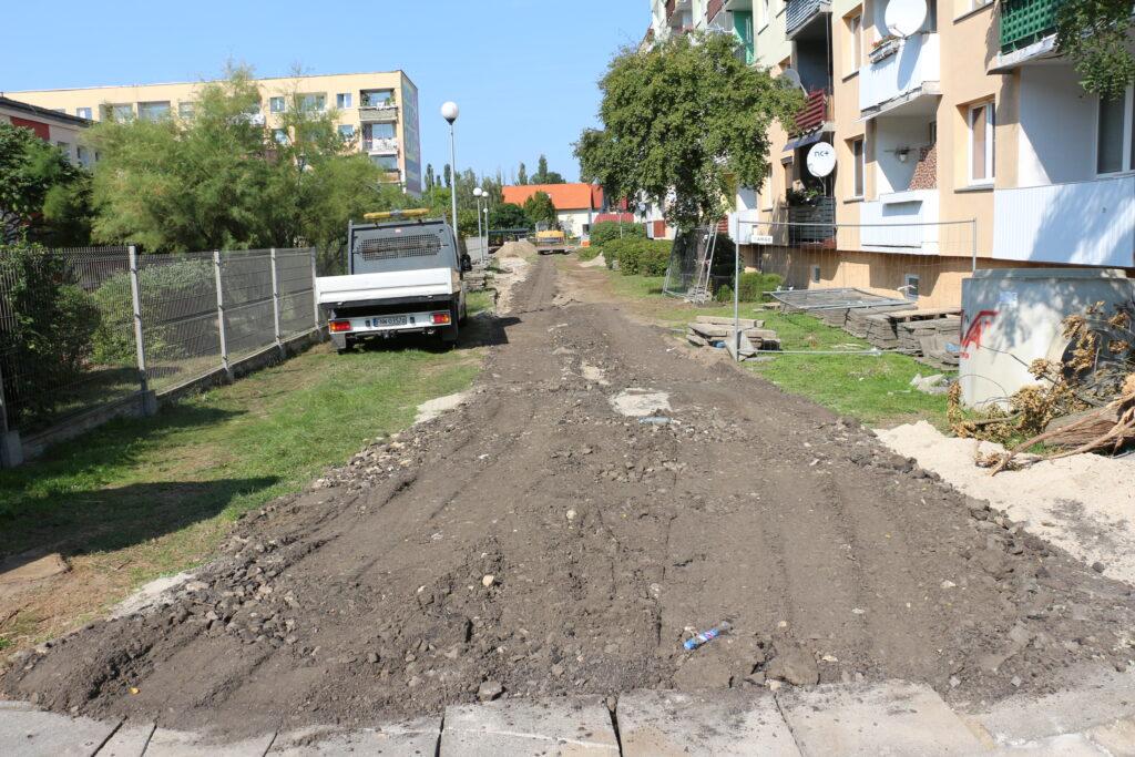 Początek prac budowlanych na osiedlu Fredry. Na zdjęciu droga za miejskim żłobkiem w trakcie inwestycji. W tle po lewej stronie samochód ciężarowy