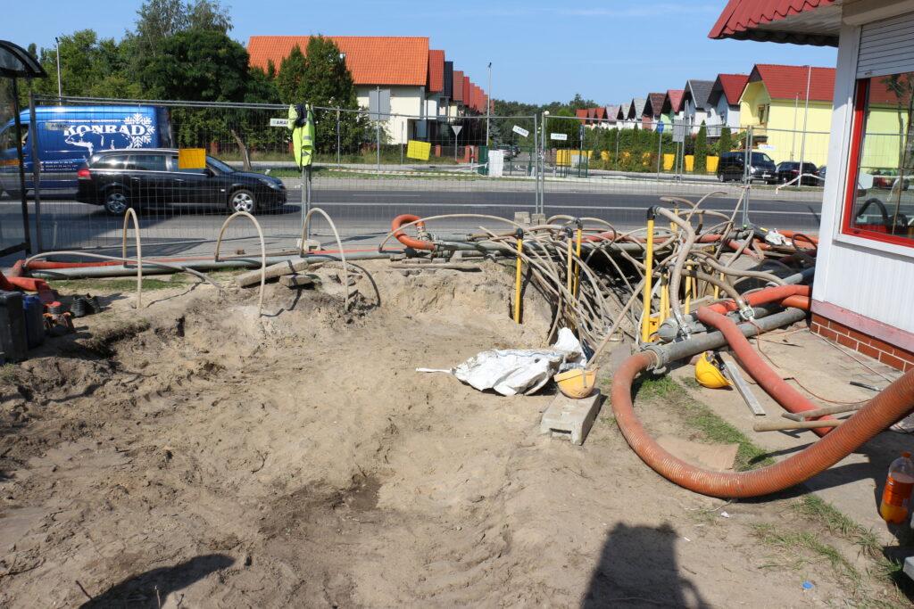 Początek prac budowlanych na osiedlu Fredry. Na zdjęciu droga za miejskim żłobkiem w trakcie inwestycji. Na pierwszym planie rury i okablowanie