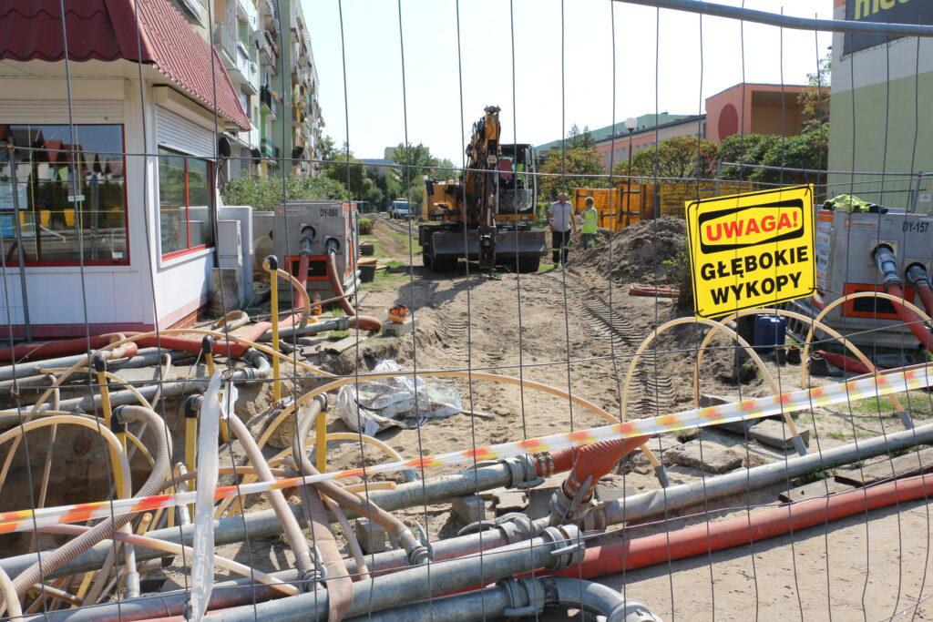 Początek prac budowlanych na osiedlu Fredry. Na zdjęciu droga za miejskim żłobkiem w trakcie inwestycji. Na pierwszym planie kable i ruru oraz siatka zabezpieczająca