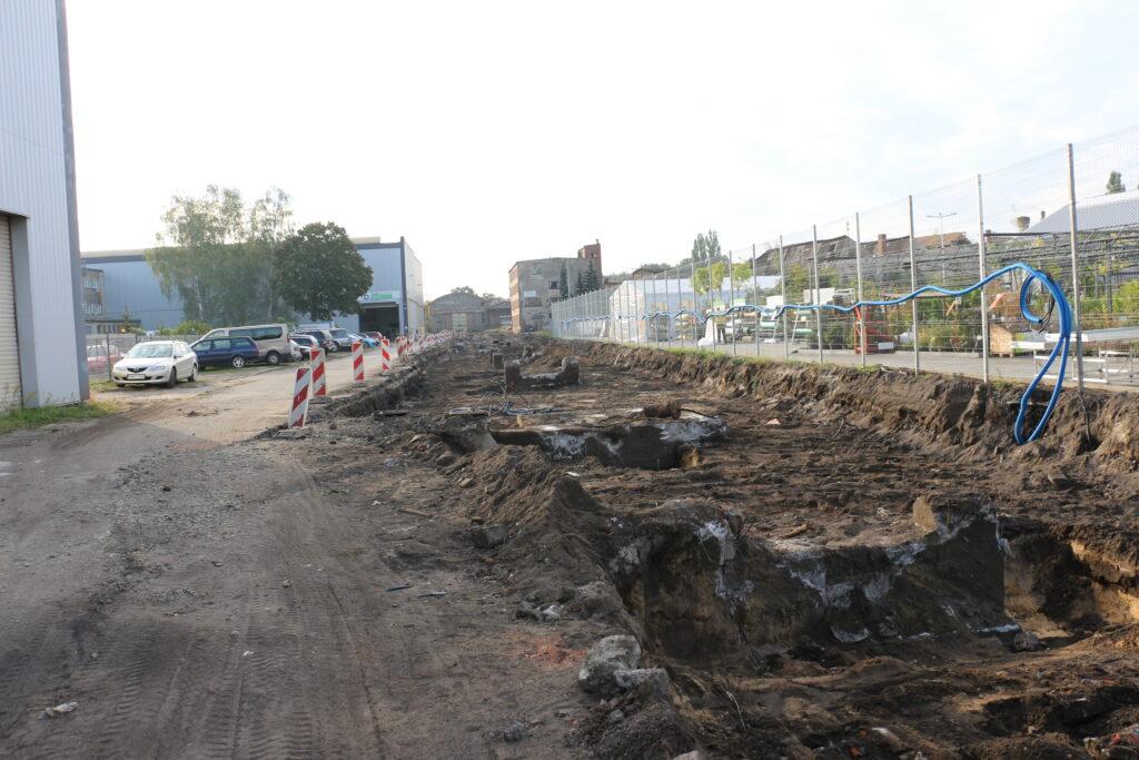 Budowa drogi przez Dozamet - dalsza część budowanej drogi w tle market mrówka