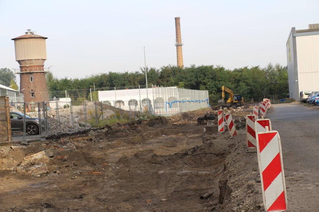 Budowa drogi przez Dozamet - zarys szerokości jezdni z boku słupki białoczerowne