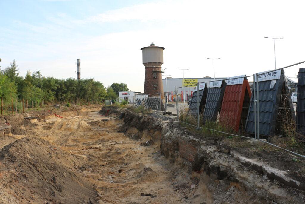 Budowa drogi przez Dozamet - widzimy wyok na wysokości wieży ciśnień obok marketu Mrówka
