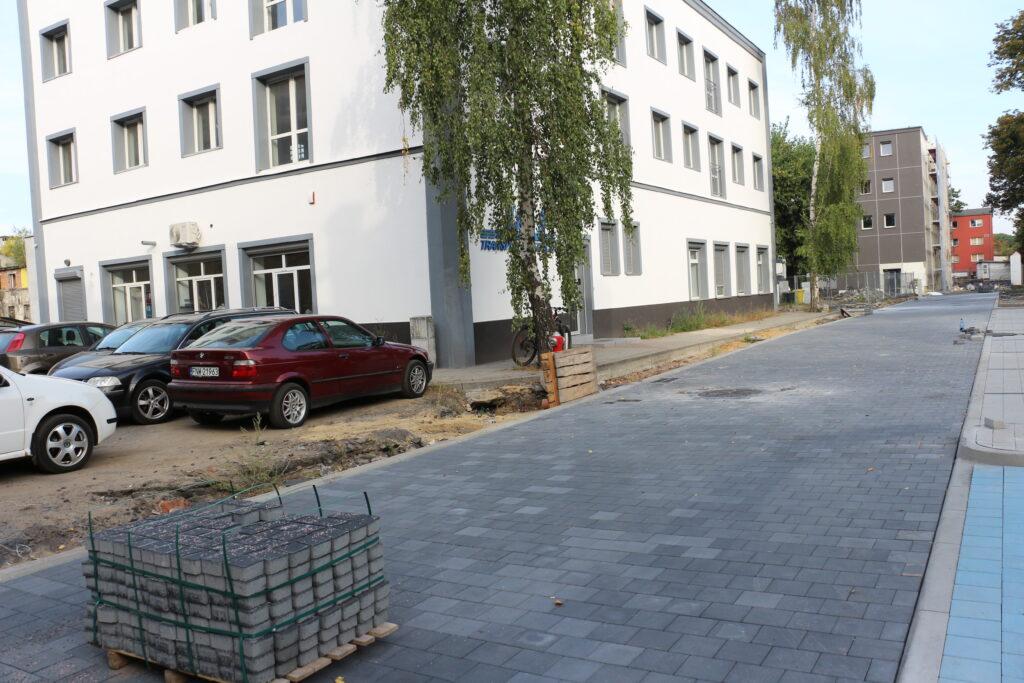 Na zdjęciu budowana z kostki betonowej jedna z dróg wewnętrzynych dawnej fabryki NFN Odra