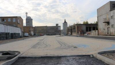 Na zdjęciu znajduje się budowany parking wraz z drogą na terenie dawnego zakłądu NFN Odra. W tle budowana wieża zegarowa
