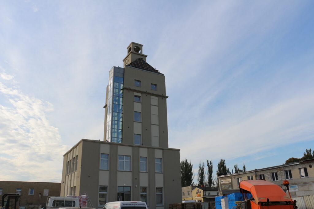 Na zdjęciu budowana wieża zegarowa w trakcie inwestycji