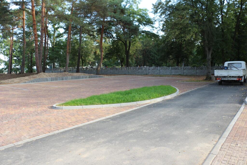 Parkingi przed wjazdem na cmentarz przy ulicy Piaskowej