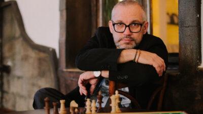 Na zdjeciu pisarz Mariusz Czubaj