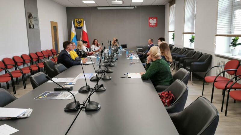 Uczestnicy spotkania wiceprezydent Wojciechowska wraz z pracownikami urzęduoraz dyrektorzy nowosolskich szkół podstawowych
