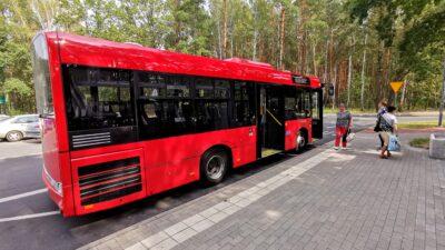 Na zdjęciu znajduje się autobus Międzygminnego Przedsiębiorstwa SubBus. Przed autobusem znajdują się pasażerowie