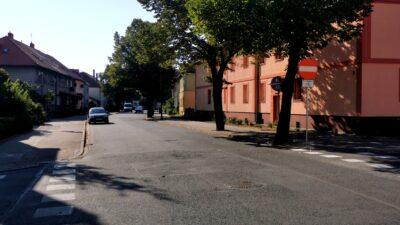 Na zdjęciu widać odcinek ulicy od skrzyżowania Kossaka i Rydla aż do ulicy Wojska Polskiego. Po prawej stronie widoczny jest znak zakaz wjazdu. W dali po lewej stronie stoi zaparkowany samochód