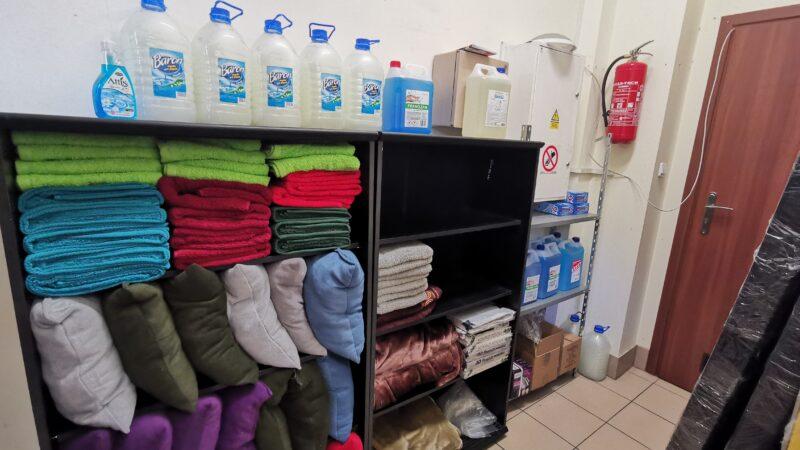 sprzęty zakupione w ramach pomocy noclegowni prowadzonej przez Towarzystwo Pomocy świętego Brata Alberta - ręczniki, stacja do dezynfekcji, środki czystości