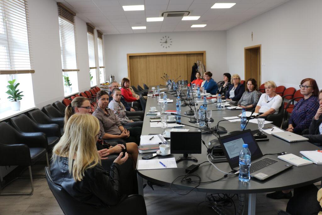 Uczestnicy spotkania dotyczącego prac nad Miejską Strategią Rozwiązania Problemów Społecznych w trakcie dyskusji