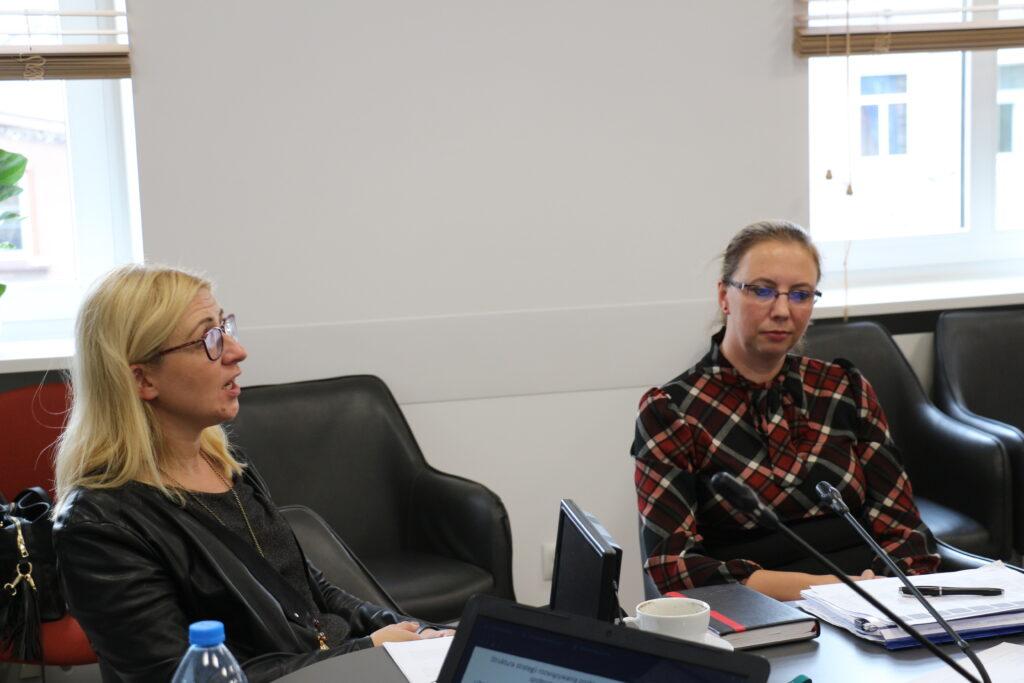 Uczestnicy spotkania dotyczącego prac nad Miejską Strategią Rozwiązania Problemów Społecznych w trakcie dyskusji. Na pierwszym planie wiceprezydent ds społecznych Natalia Walewska-Wojciechowska oraz naczelnik wydziału spraw społecznych Karina Jarosz (z prawej)