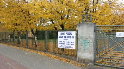 na zdjęciu brama stadionu w Nowej Soli z banerem punkt poboru badań na covid 19