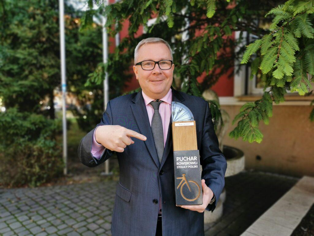 Prezydent Jacek Milewski z pucharem Rowerowa Stolica Polski