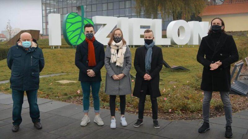 na zdjęciu są pracownicy NFZ Zielona Góra oraz troje uczniów, w tle napis I Love Zielona Góra