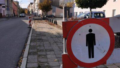 remont chodników na ulicy Wesołej w Nowej Soli - na pierwszym planie znak zakazu poruszania się po chodniku
