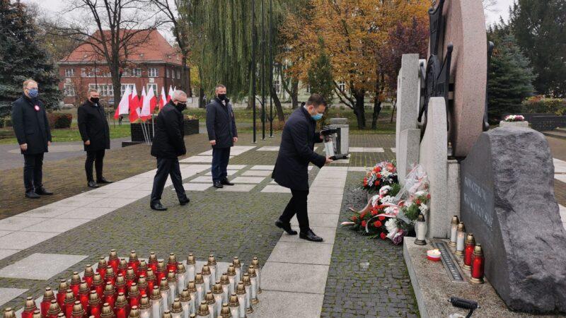 składanie kwiatów przed pomnikiem bohaterom walk o Polskę