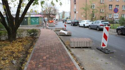 remont chodników przy ulicy wesołej w Nowej Soli - pierwsze metry nowego chodnika, położona kostka brukowa