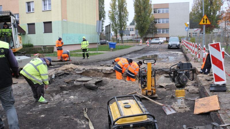 drugi etap inwestycji przebudowy uliczek na osiedlu Fredry, dawne osiedle trzydziestolecia PRL w tle pracownicy budowlani
