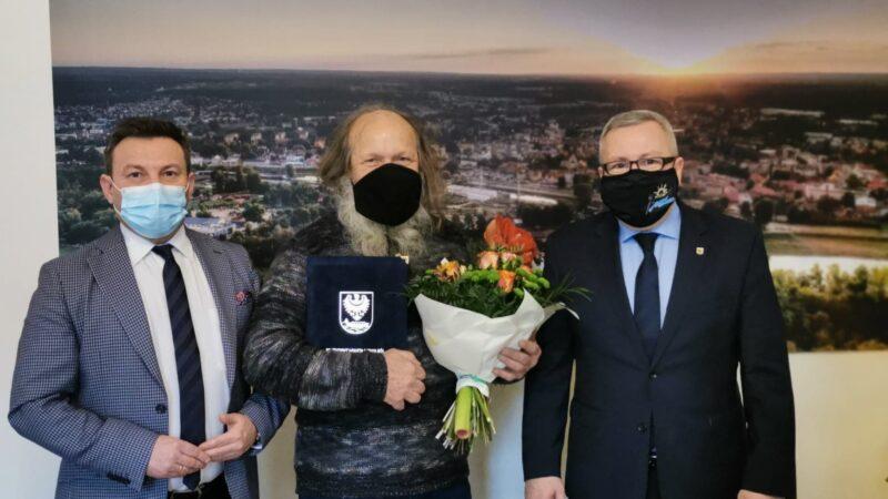 od lewej przewodniczący rady miejskiej Andrzej Petreczko, dyrektor teatru terminus a quo Edward Gramont który trzyma kwiaty i dyplom oraz prezydent Jacek Milewski. Wszyscy w maseczkach ochronnych na twarzy