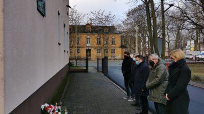 delegacja przedstawicieli miasta przed tablicą upamiętniającą kobiety z filii obozu Gross-Rosen