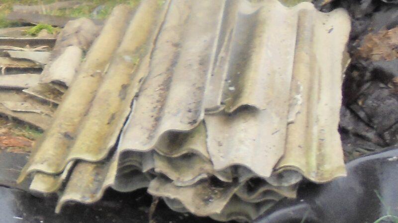 na zdjęciu fragmenty pokrycia dachowego ze szkodliwego eternitu