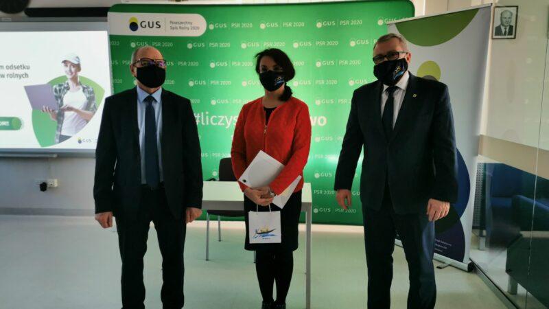 od lewej stoją Roman Fedak dyrektor GUS w Zielonej Górze, sekretarz miasta Nowa Sól Alicja Choptowa-Rutkowska oraz prezydent Jacek Milewski. Wszyscy mają zasłoniete usta i nos maseczkami ochronnymi, w tle baner reklamowy GUS Zielona Góra