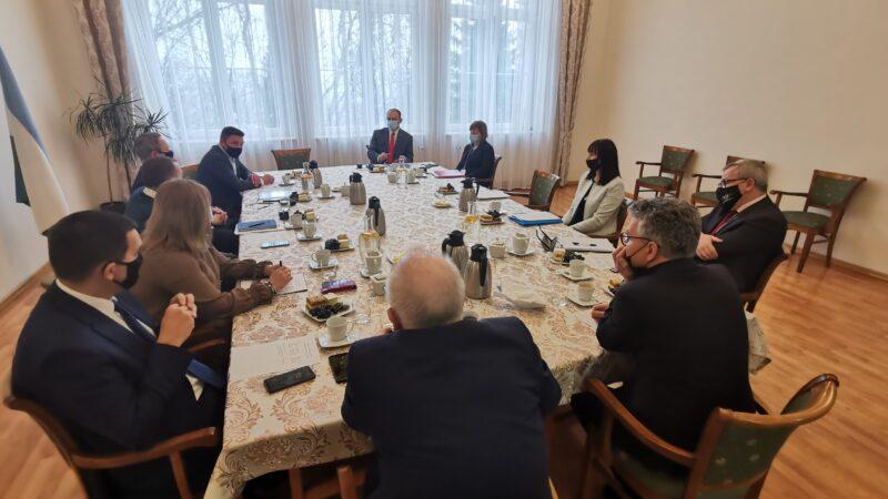 w dużym pomieszczeniu siedzą włodarze gmin oraz ich skarbnicy. trwa dyskusja, po prawej stronie widoczny prezydent Jacek Milewski