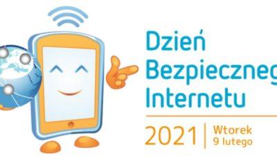 na białym tle, po lewej stronie znajduje się sylwetka smartfona, który jest usmiechnięty i w prawej dłoni trzyma kulę ziemską, po prawej stronie napis dzień bezpiecznego internetu 9 lutego 2021