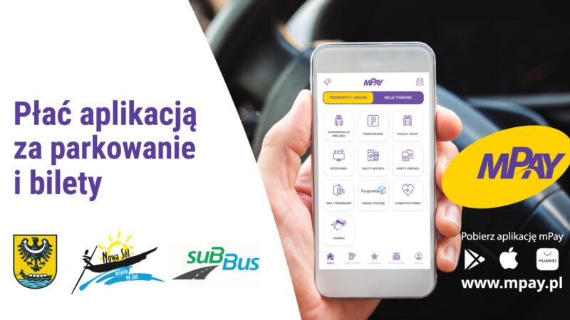 zdjęcie dłoni trzymającej smartfona, herb miasta, logo miasta, logo subbus